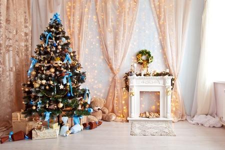 메리 크리스마스와 새 해 배경입니다. 클래식 녹색 나무 크리스마스 장난감 장식. 벽난로가있는 방 인테리어 스톡 콘텐츠