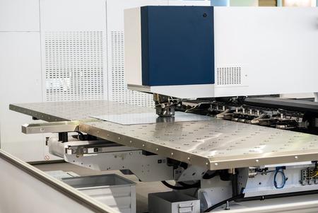 自動パンチング メタル シートのハイエンド マシン。金属加工機械のセリエ