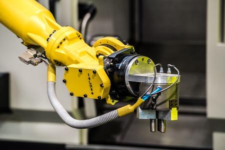 CNC 기계 산업용 로봇. 금속 가공 산업