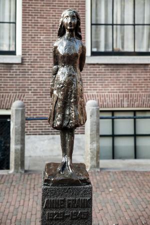 암스테르담, 네덜란드에서 앤 프랭크의 동상입니다. Westerkerk 교회 근처의 네덜란드 조각가 Mari Andriessen의 동상.