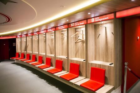 Vista interior del vestuario en Amsterdam Ajax Football Arena Foto de archivo - 78383515