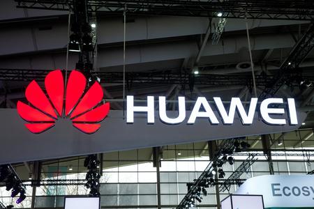 하노버, 독일 - 2017 년 3 월 : 벽에 화웨이 회사 로고. Huawei Technologies Co.는 중국의 다국적 네트워킹 및 통신 장비 및 서비스 회사입니다. 에디토리얼