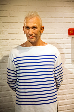 Wax figure of French haute couture Jean-Paul Gaultierin Madame Tussauds Wax museum in Amsterdam, Netherlands 免版税图像 - 111808687