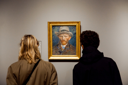 I visitatori a guardare l'opera di autoritratto del famoso pittore Vincent van Gogh nel Rijsmuseum nella città di Amsterdam, Holland
