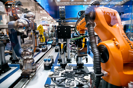 Schunk assembly electronics line with robots on Messe fair in Hannover, Germany 新聞圖片