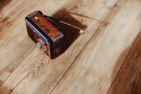radio met trouwringen op de vloer met zon schaduwen op de grond