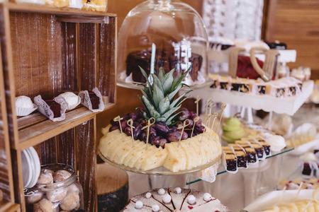 süßes Festbuffet, Obst, Mützen, Makkaroni und viele Süßigkeiten gut dekoriert