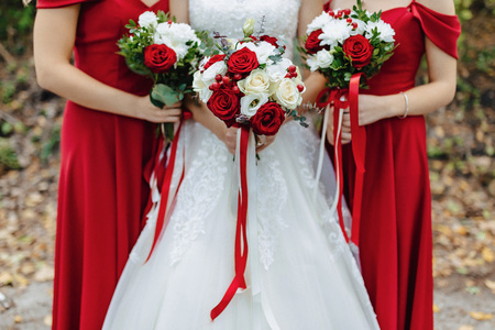 the bride holds a wedding bouquet in her hands, wedding day flowers Stockfoto