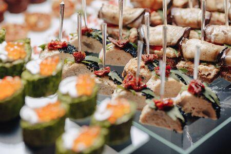 delizioso buffet festivo con tartine e diversi piatti deliziosi salati e dolci