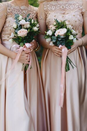 the bride holds a wedding bouquet in her hands, wedding day flowers 版權商用圖片
