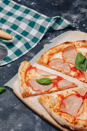 delicious Neapolitan meat pizza on board, pizzeria and delicious food 스톡 콘텐츠