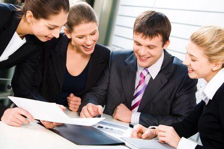 jornada de trabajo: Un grupo de gente del negocio que discute el contrato y que sonr�e feliz Foto de archivo
