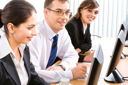 especialistas: Grupo de tres especialistas acertados que se sientan en la tabla en una l�nea delante de monitores