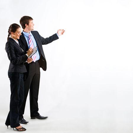 deux personnes qui parlent: Portrait de gens d'affaires sur un fond blanc  Banque d'images