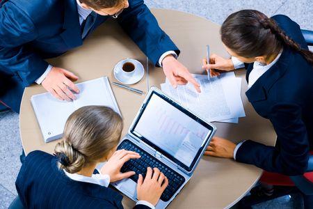 personas comunicandose: Imagen de tres personas que trabajan en reuni�n