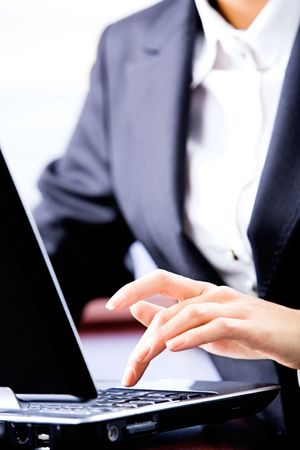 pushing the button: Magnificado foto de mujer de negocios empujar el bot�n de ordenador port�til  Foto de archivo