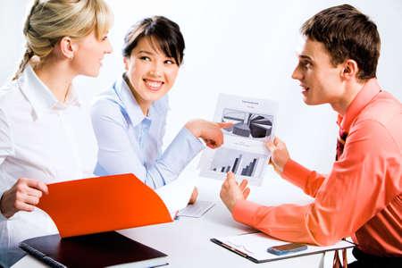 especialistas: Retrato de confianza de los especialistas que muestra un nuevo proyecto para el colega