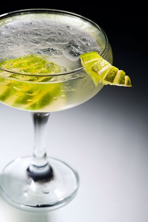 Photo of daikiri cocktail with slices of lime  photo