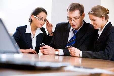 mobiele telefoons: Beeld van mensen uit het bedrijfsleven delen van informatie op mobiele telefoons Stockfoto