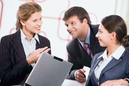 Grupo de tres personas discutiendo un nuevo plan  Foto de archivo - 2684138