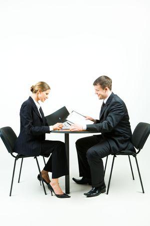 donna seduta sedia: Immagine di due uomini d'affari in completo seduta al tavolo su sfondo bianco