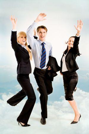 Imagen de tres personas alegres del negocio en el fondo del cielo Foto de archivo - 2885023