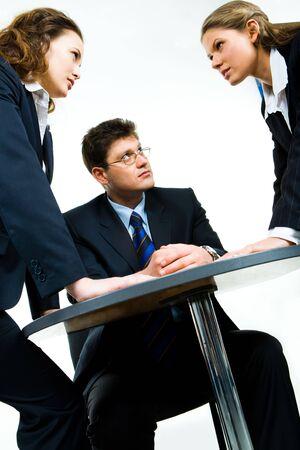 competitividad: Imagen de hombre de negocios que buscan en una de las mujeres agresivas  Foto de archivo