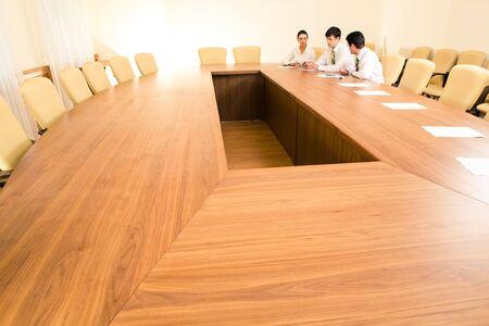 comité d entreprise: Photo de gens d'affaires assis à la table dans la salle du conseil et de travailler ensemble