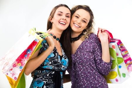 due amici: Ritratto di due amici con borse per la spesa in mani su sfondo bianco