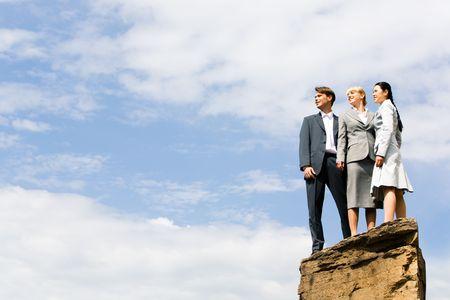 cima montagna: Business gruppo di persone in piedi sulla collina e guardando a parte