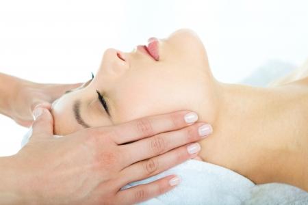 masajes faciales: Foto de las manos del masajista haciendo masaje relajante en los j�venes el rostro de mujer