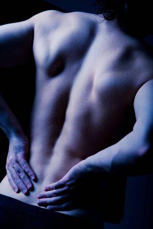 dolor  muscular: Dark imagen humana de dolor de espalda con las manos sobre ella