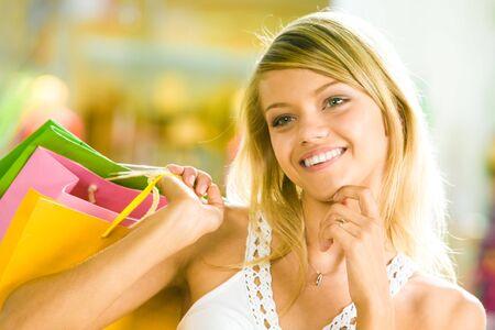 beiseite: Close-up der jungen Frau zu ber�hren ihr Kinn mit der Hand beiseite und sucht in der Shopping Mall