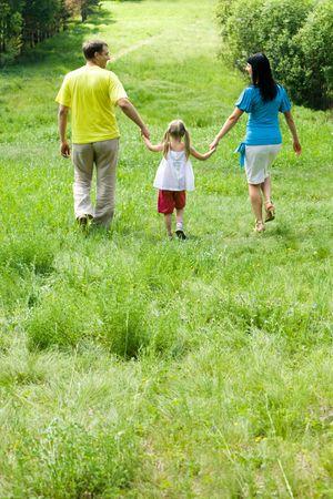 ni�os caminando: Imagen de la espalda de familia caminando en el bosque  Foto de archivo
