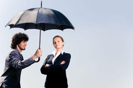 UOMO pioggia: Immagine di uomo d'affari fiducioso azienda ombrello e guardando la donna sullo sfondo del cielo