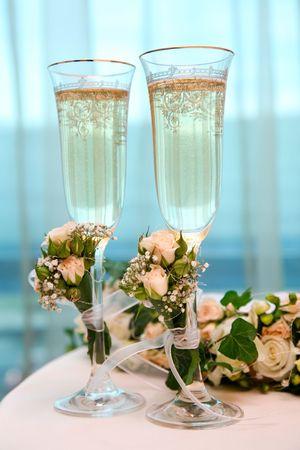 dwarsfluit: Afbeelding van champagne fluiten op tafel tijdens het huwelijk Stockfoto