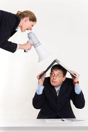 berisping: Portret van man met laptop op hoofd bang door vrouw geschreeuw via luidspreker