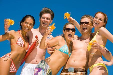 petite fille maillot de bain: Photo de groupe d'adolescents avec des cocktails regardant la cam�ra et rire tout en ayant partie