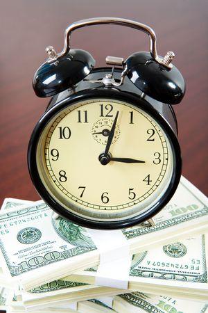 Blick von oben auf der Uhr Heap-Dollar auf der Oberfläche der Tabelle