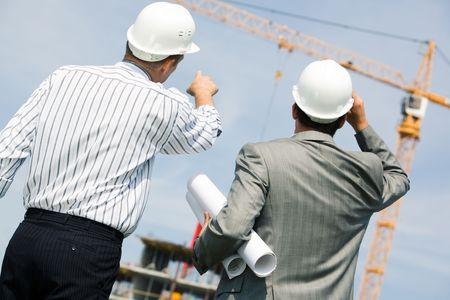 arquitecto: Imagen de dos trabajadores permanentes de apoyo y mostrando a la gr�a
