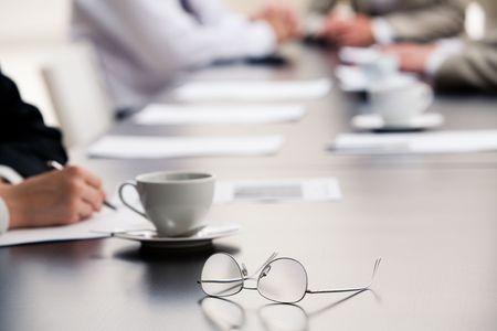 daily room: Immagine di occhiali messo sul tavolo nel corso di un seminario  Archivio Fotografico