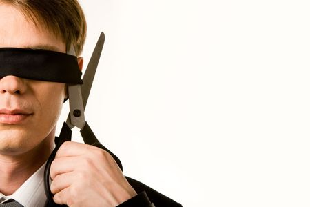 붕대: Face of businessman wearing black band on his eyes and holding scissors trying to cut it
