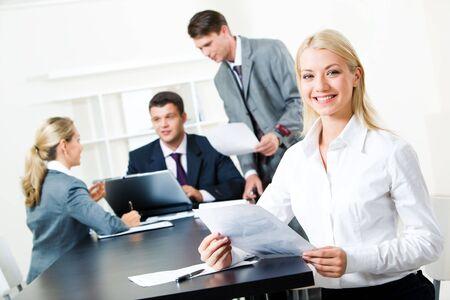 la gente de trabajo: Retrato de �xito de negocios sentado en la mesa en un entorno de trabajo