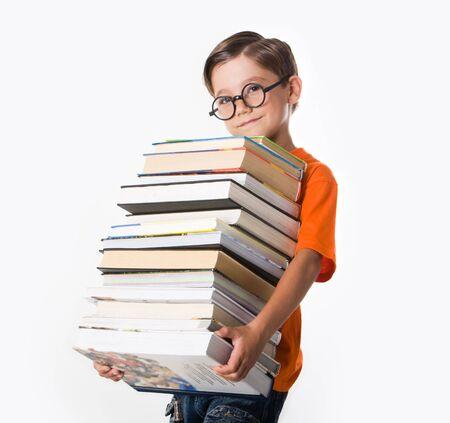 diligente: Retrato de estudiante diligente en los vasos con el mont�n de libros en las manos