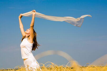 silk cloth: Ritratto di donna in possesso di un ridente seta stoffa all'aperto