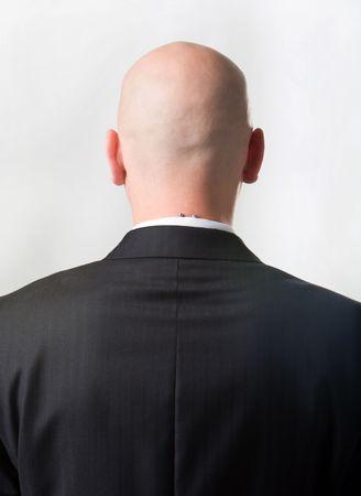homme chauve: Vue arri�re de l'homme chauve portait costume sur fond blanc Banque d'images
