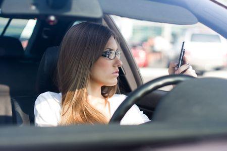 dialing: Mujer conf�a en marcar el n�mero de tel�fono mientras est� sentado en el coche