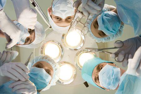 quirurgico: Vista desde abajo de m�dicos cirujanos con experiencia herramientas durante la operaci�n Foto de archivo