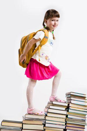 diligente: Diligente preescolar caminando por la parte superior de las escaleras libro