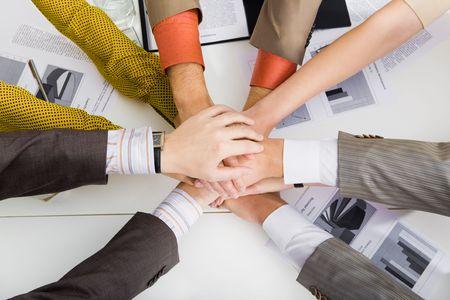 documentos: Close-up de la pila de manos de los socios de negocios en mesa de trabajo
